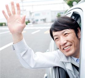 選挙活動で手を振る男性